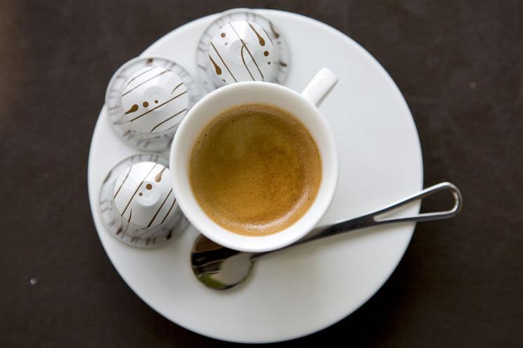 Cápsulas de café usadas e devolvidas permitem reciclagem das borras e do alumínio