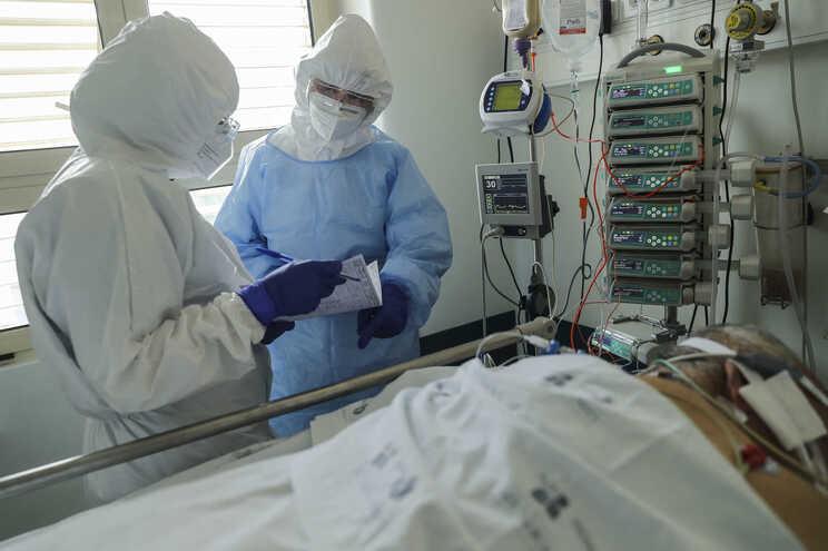 Confinamento permitiu travar a terceira vaga da pandemia e a pressão nos serviços de saúde