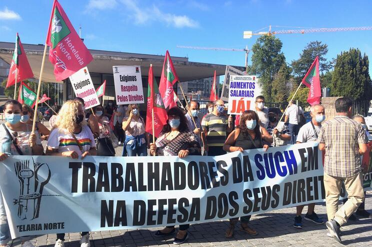 Trabalhadores do SUCH da região concentrados em protesto à porta do Hospital de São João
