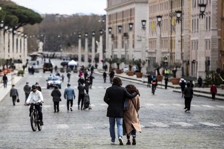 As pessoas a quem foi administrada a primeira dose da vacina contra a covid-19 em Itália atingiram hoje