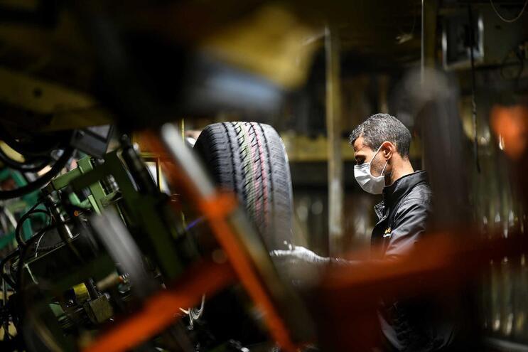 Um funcionário na fábrica da Continental Mabor, em Lousado, Vila Nova de Famalicão