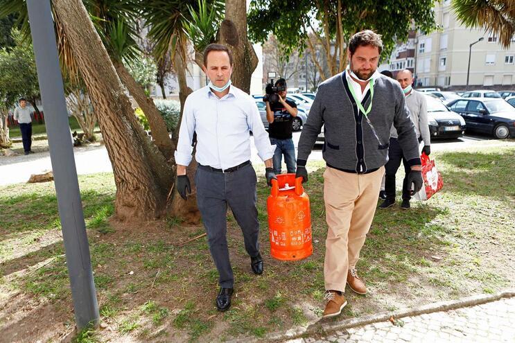 Fernando Medina, presidente da Câmara de Lisboa, em ação social de apoio a idosos