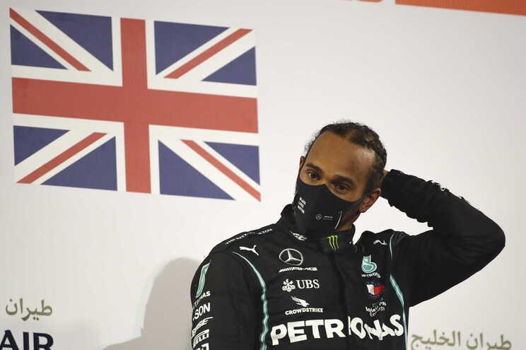 """Lewis Hamilton com teste positivo à covid-19. """"Acordou com sintomas ligeiros"""""""