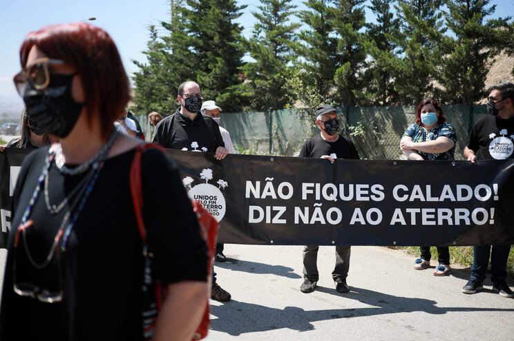 Habitantes têm vindo a protestar de há um ano para cá, pedindo o encerramento do aterro do Sobrado