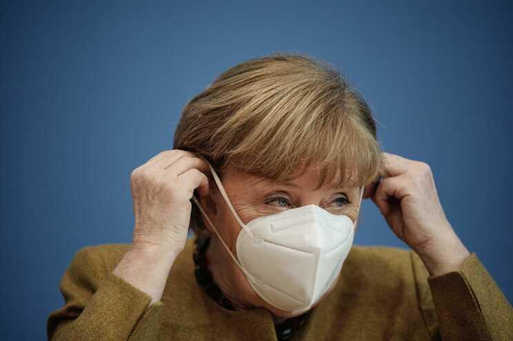 Governo alemão exige máscaras cirúrgicas nos espaços públicos