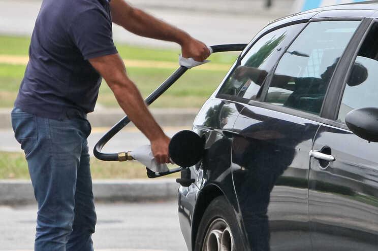 Esta segunda-feira, a gasolina baixa dois cêntimos