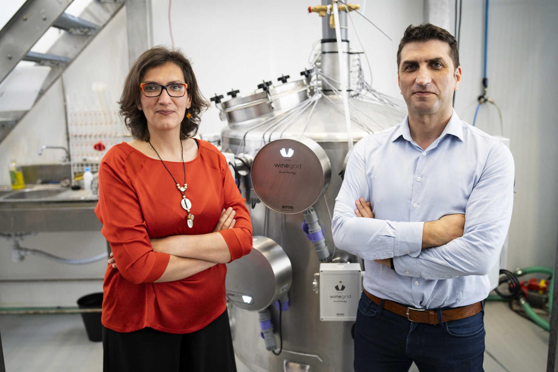 Lcia Bilro e Rogério Nogueira con sensori che controllano il vino