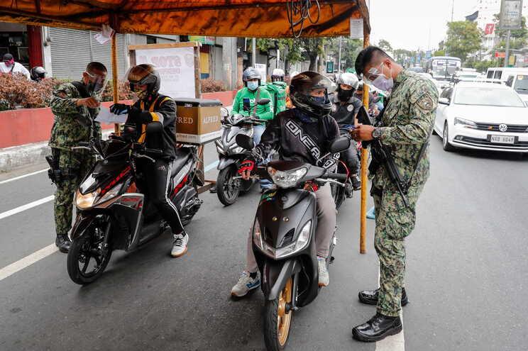 Militares controlam quem anda a circular em Manila