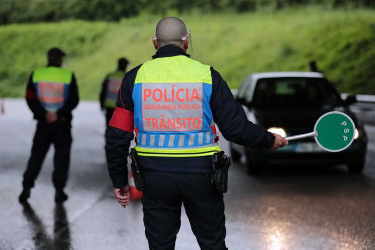 Polícias ainda utilizam viseiras para se protegerem da covid-19
