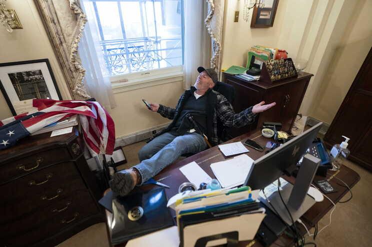 Um dos invasores no gabinete de Nancy Pelosi