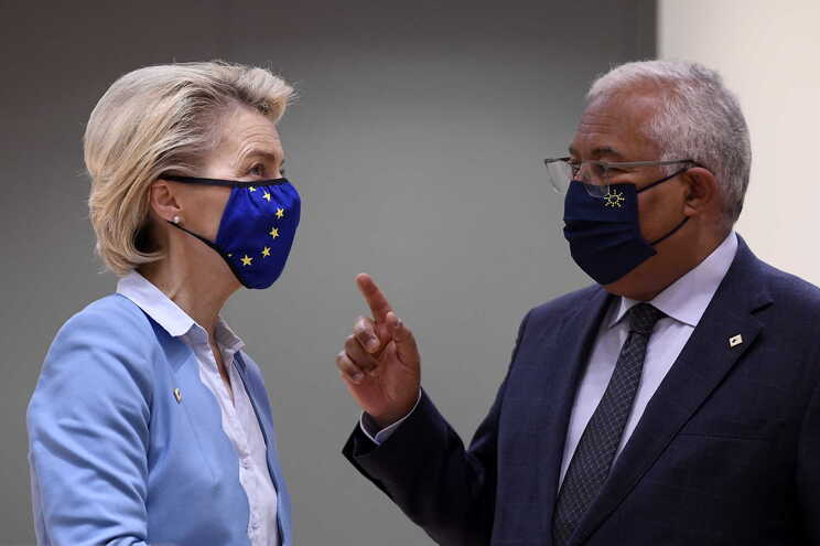 A presidente da Comissão Europeia, Ursula von der Leyen (e), e o primeiro-ministro português, António