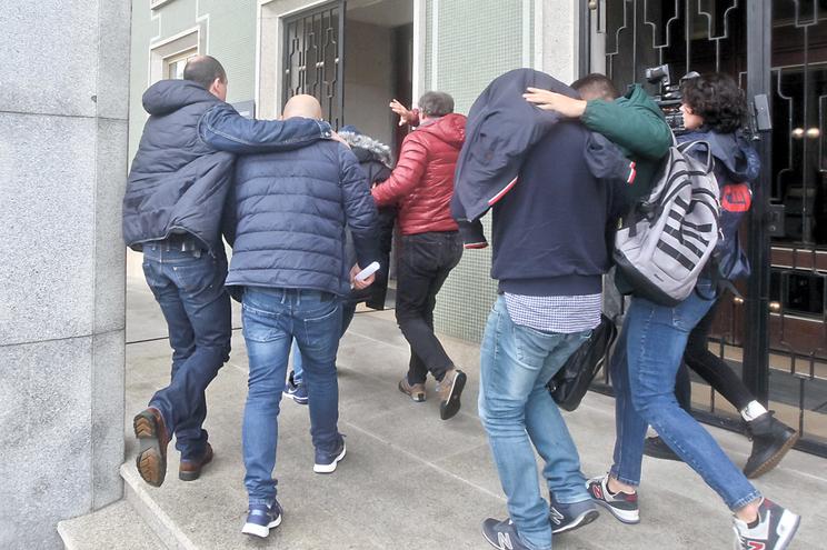 Chegada ao Tribunal dos cinco guardas prisionais detidos por tráfico de  estupefacientes na cadeia de