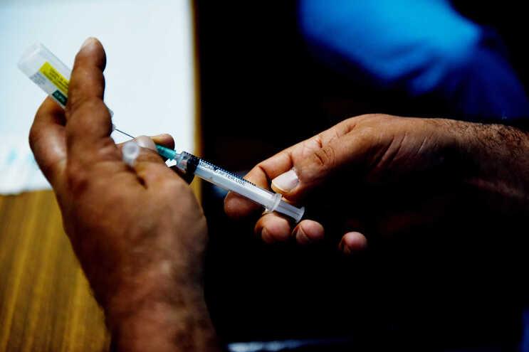 34% da população já recebeu primeira dose e 16% completou vacinação