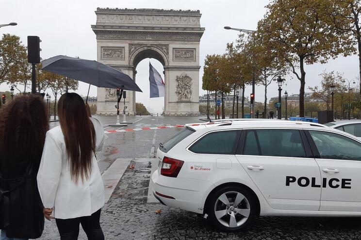 A área, incluindo parte da Champs-Élysées, foi evacuada pela polícia