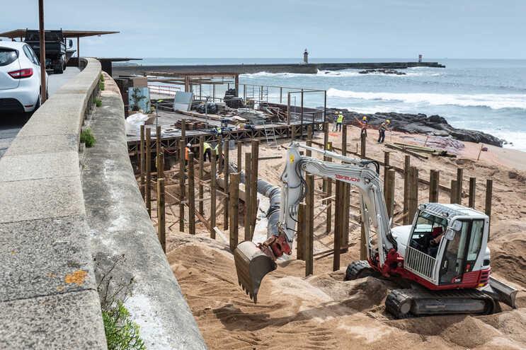Reconstrução de restaurante na praia do Ourigo gerou grande polémica