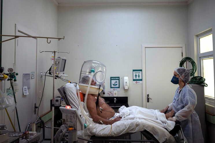Brasil tem quase 370 mil mortes e cerca de 13,8 milhões de infeções pelo novo coronavírus