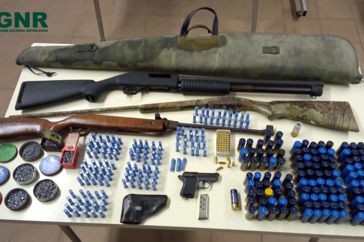 Agressor tinha diversas armas e munições em casa