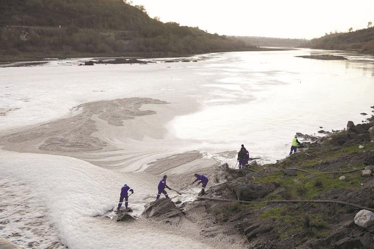 Em janeiro de 2018, o rio Tejo ficou coberto de espuma, devido à poluição