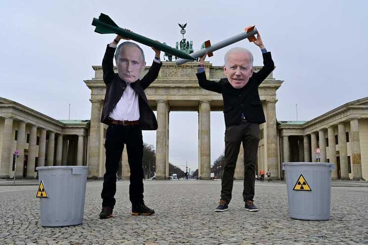 Ativistas pela paz mascarados de Putin e Biden, em Berlim, Alemanha