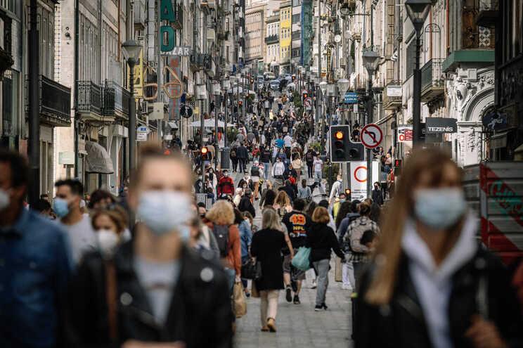 318 dias depois, máscaras deixam de ser obrigatórias na rua