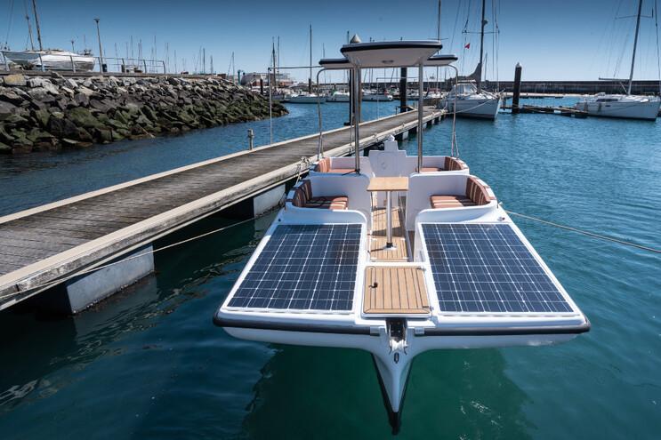 Sun Sailer 7.0 tem seis painéis fotovoltaicos, que carregam as baterias
