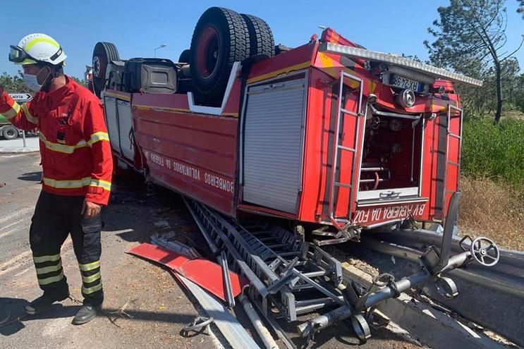 Bombeiros feridos em despiste de autotanque na Figueira da Foz