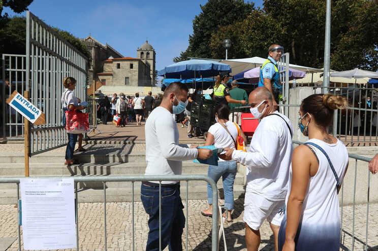 Precauções tomadas na feira semanal de Vila do Conde, a braços com números preocupantes de covid-19