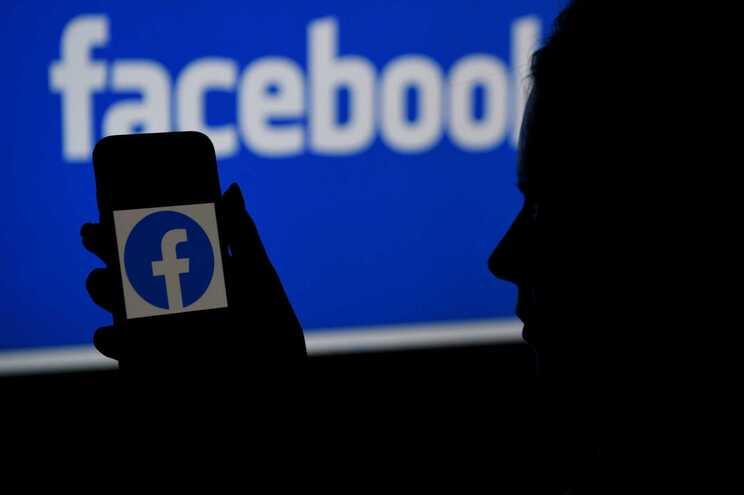 """Algoritmo do Facebook rotulou homens negros como """"primatas"""""""