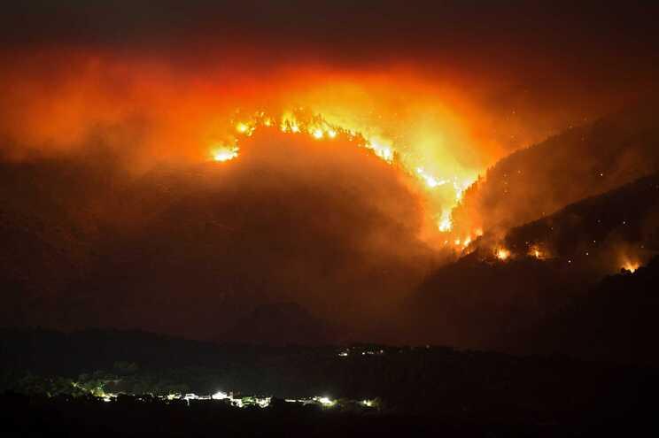 Noite com o fogo a lavrar intensamente em todas as frentes