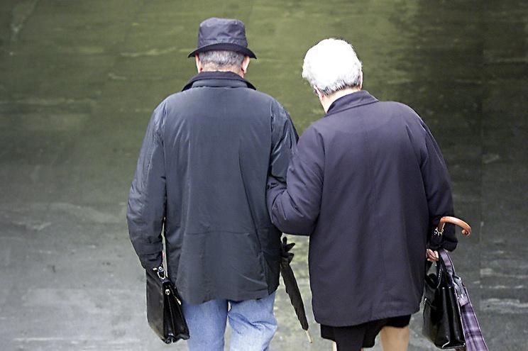 Burlões aproveitam fragilidades dos idosos para os enganar, muitas vezes levando as poupanças de uma