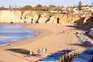 No meio da incerteza há já veraneantes a reservar toldos de praia no Algarve