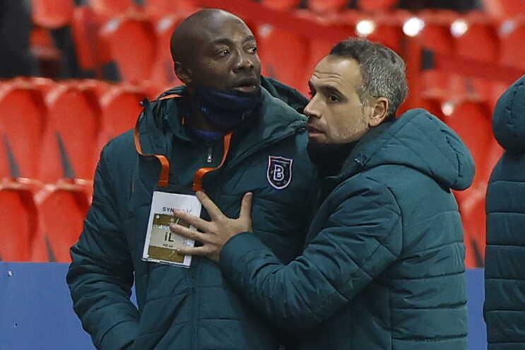 Treinador adjunto do Basaksehir Pierre Webo queixou-se do elemento da equipa de arbitragem Sebastian