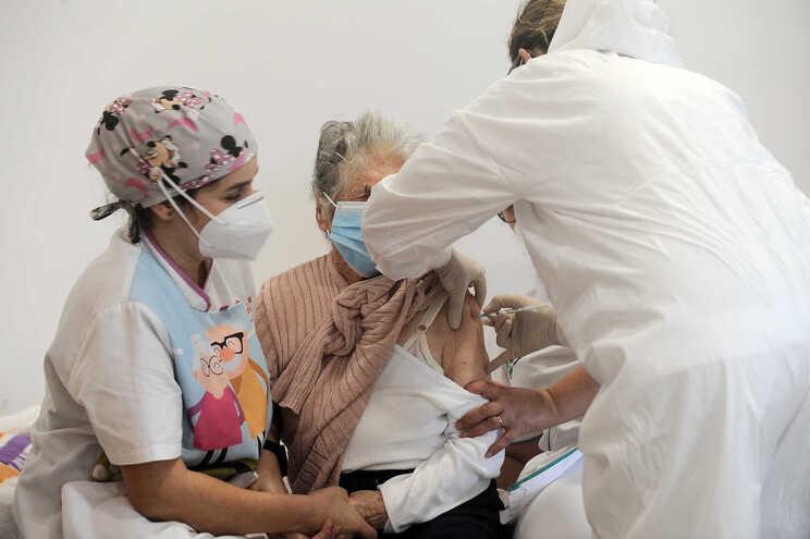 Idosos com mais de 80 anos (sem doenças associadas e não residentes em lares) foram incluídos na 1.ª