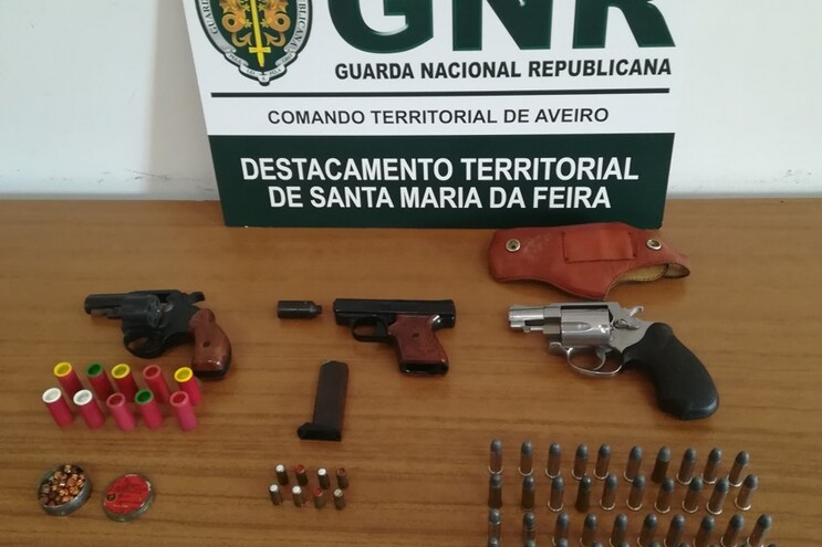 As armas e munições apreendidas ao suspeito