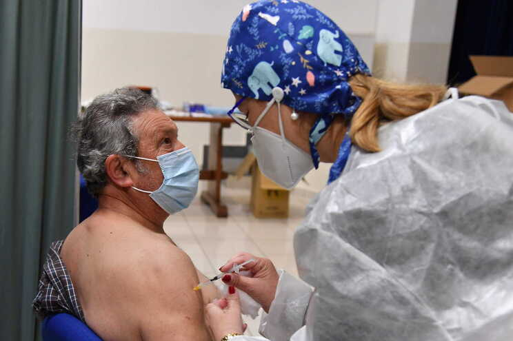 Um total de 7.561.566 pessoas já têm o processo de imunização completo contra a covid-19