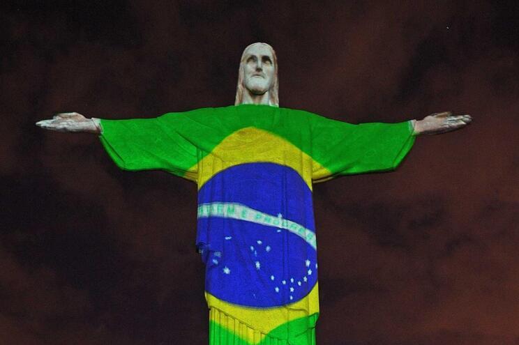 Bandeira do Brasil projetada no Cristo-Rei, no Rio de Janeiro