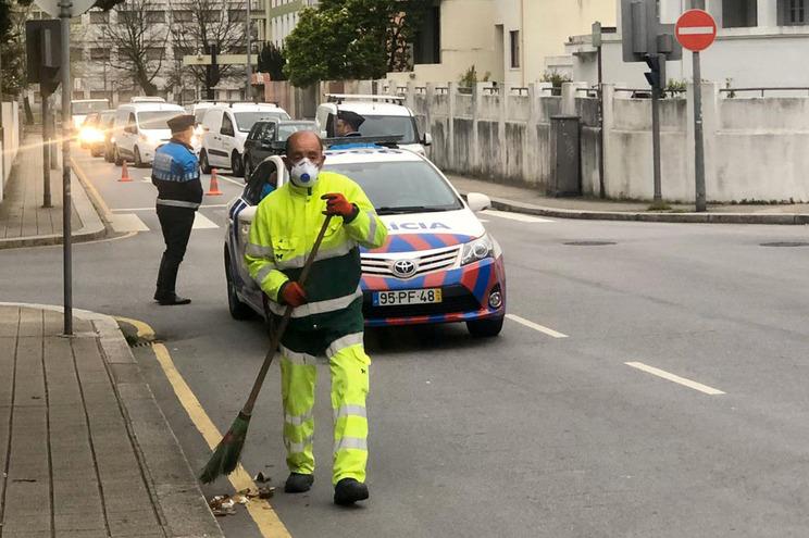 PSP controla carros à entrada do Porto na zona da Quinta do Covelo, esta setxa-feira de manhã