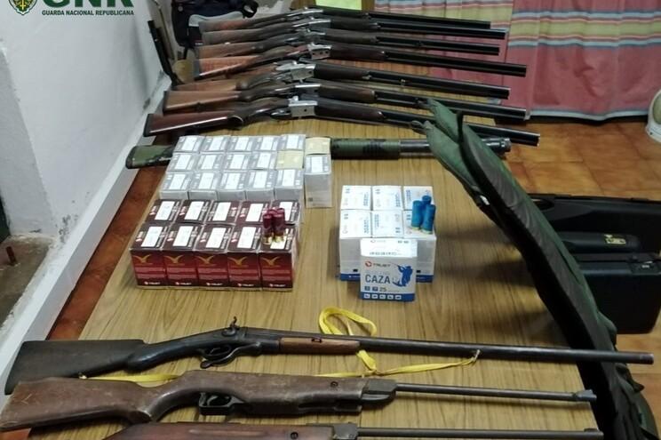 Entre as armas estão sete caçadeiras de canos laterais e shotgun
