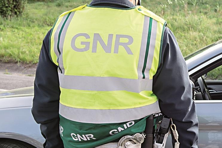 Arguido tinha colete da GNR e algemas em casa
