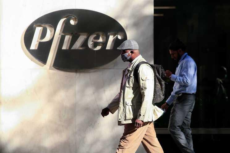Pfizer revelou que dados provisórios sobre a sua vacina indicam que pode ser eficaz em 90% dos casos
