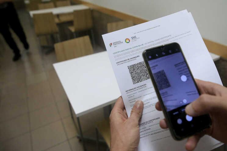 Certificado digital ou um teste negativo à covid-19 foi exigido para aceder a restaurantes nos concelhos