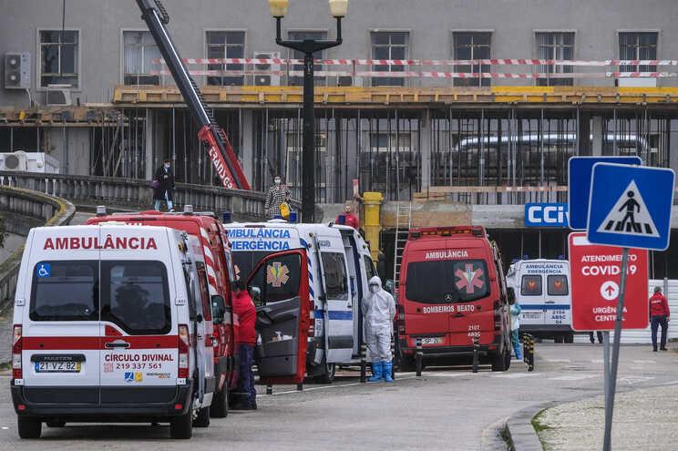 Cerca de 30 ambulâncias estavam esta sexta-feira de manhã paradas à porta das urgências do Hospital de