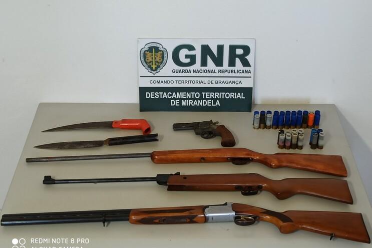 Foi apreendido diverso material, como uma caçadeira de calibre 12, outra de calibre 36, um revólver,