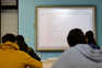 A partir de segunda-feira, alunos e professores regressam às aulas, mas não à escola, devido à pandemia