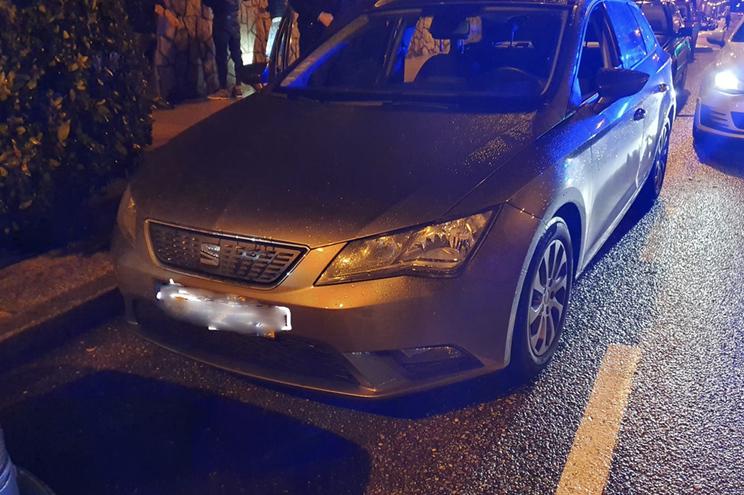 Carro alugado com motorista, que foi agredido e impedido de regressar a Portugal