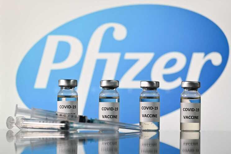 EUA dão aprovação definitiva à vacina da Pfizer