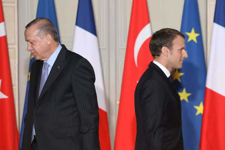 O presidente turco Recep Tayyip Erdogan questionou a saúde mental de Emmanuel Macron, à direita na foto