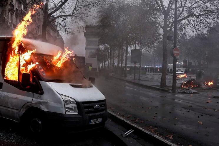 Violência e confrontos no coração de Paris