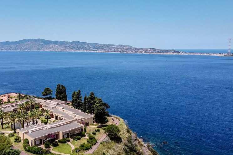 O estreito de Messina é uma ponte submarina que separa a ilha da Sicília da península italiana