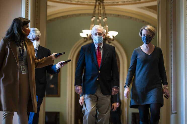 O líder do Senado dos EUA, Mitch McConnell à chegada para a reunião extraordinária